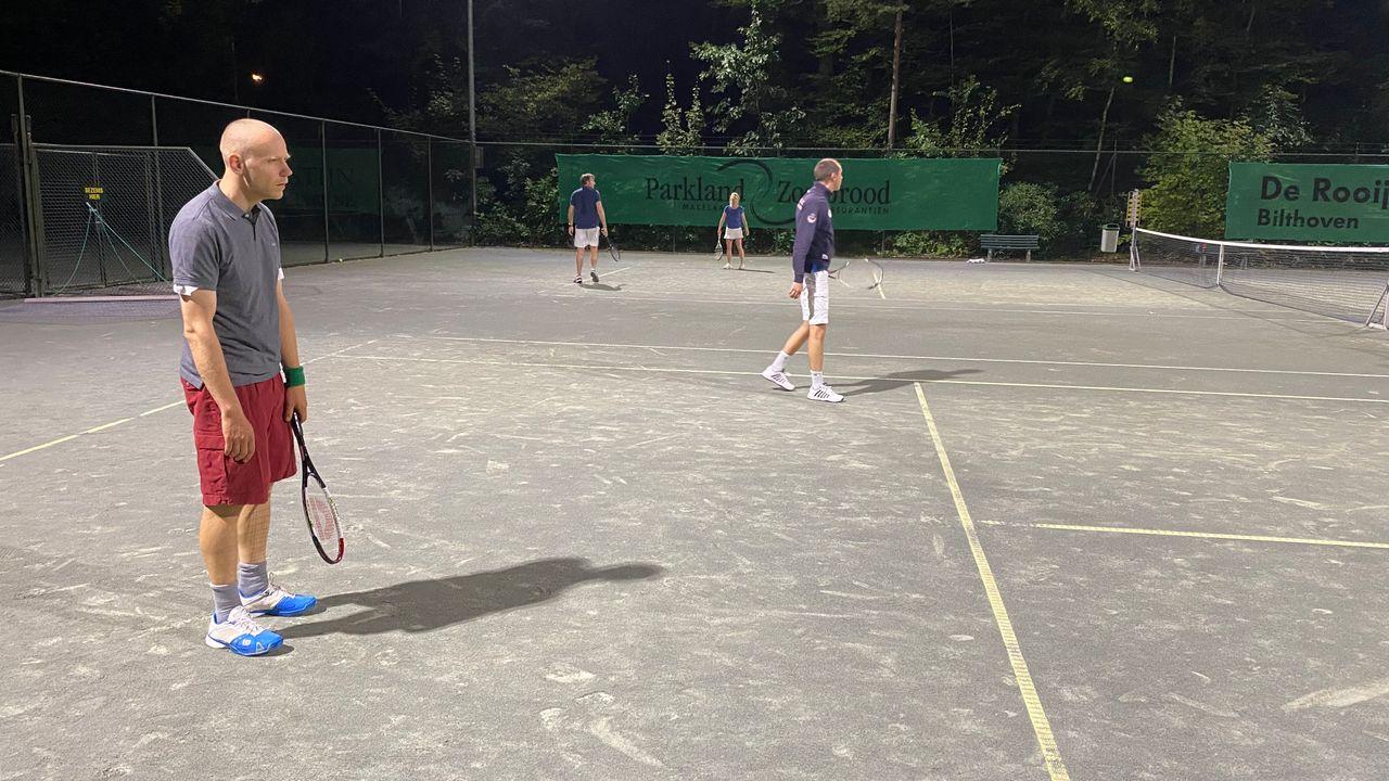 Immanuel van IJzerlooij zegt nooit wat, maar tennist als een pro: 'Zijn dubbele forehand is killing. Die put je volledig uit'