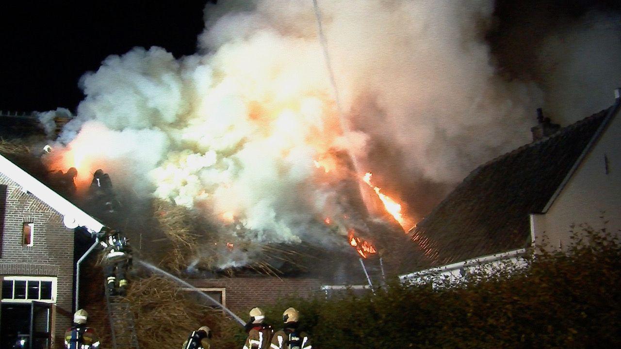 Brand verwoest rieten dak kantoorboerderij
